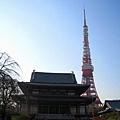 增上寺離東京鐵塔很近,我一直想拍張古典與現代對比照