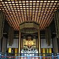 大殿內供奉的是阿彌佛陀。和昨日造訪的淺草寺相反,這裡遊客不多,可享受片刻寧靜
