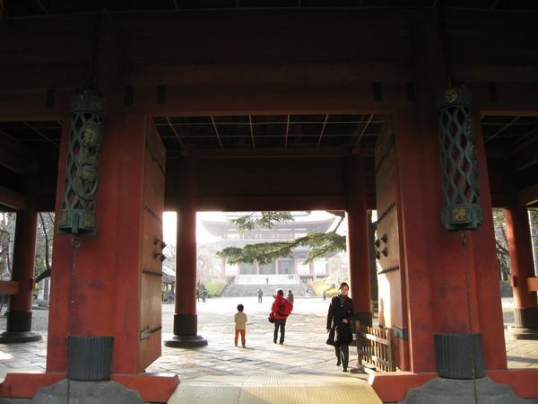 穿過這道門,才會看到增上寺