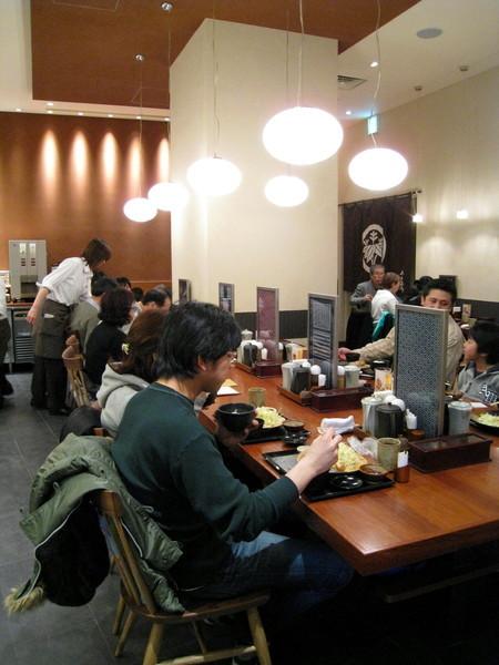 店內裝潢簡單雅緻,客人並肩而坐,有種小吃店的氣氛