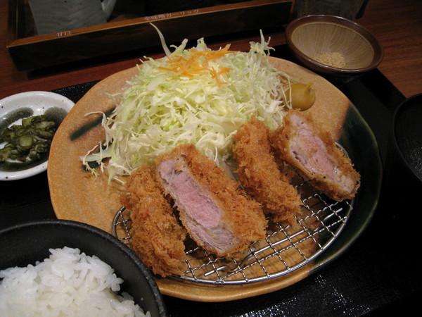 炸豬排套餐肉質很好,但吃了兩塊後覺得麵衣有些油膩