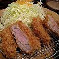 豬排切面帶著淡粉紅色。高麗菜搭配日式芝麻沙拉醬很讚