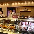 隔壁是平田牧場的肉舖,販賣自家產的生豬肉、生火腿等,也有炸好的豬排