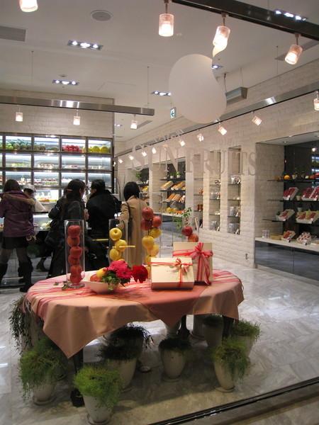 貴草莓買不下手,大白轉而到同層的水果精品店Sun Fruits買水果捲和草莓蛋糕