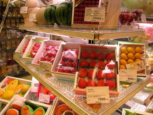 更別說這水果禮盒專區,夭壽貴