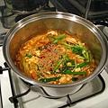 我家只有一口瓦斯爐和只夠煮一碗拉麵的湯鍋,特別去超市買了大一號的鍋子