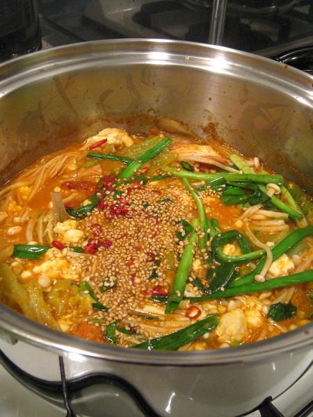 火鍋用不繡鋼鍋煮比較沒情調,但反正是自己吃不是請客,沒差啦
