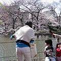 我最喜歡捕捉親子互動畫面:媽媽叫兒子快看花花