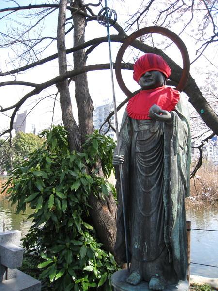 辯天堂旁有座地藏王菩薩像,帽子戴得很低頗有喜感