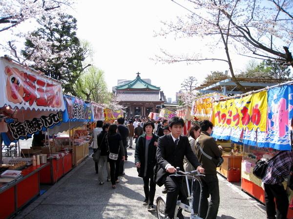 辯天堂前的參拜道全是賣小吃的攤販,有廟會的fu