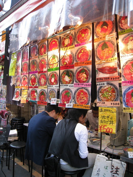 海鮮丼的菜單選擇實在太多種,最後我選了蔥花鮪魚丼