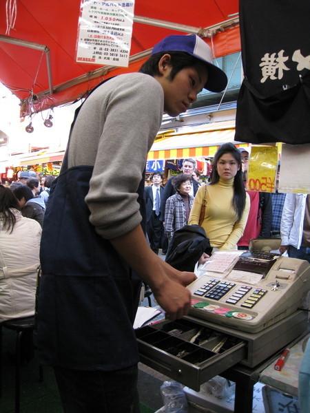 價格也算平易近人,大白的鐵火丼600日圓,我的蔥花鮪魚丼500