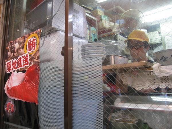 玻璃內是廚房,工作人員不少但動作很慢