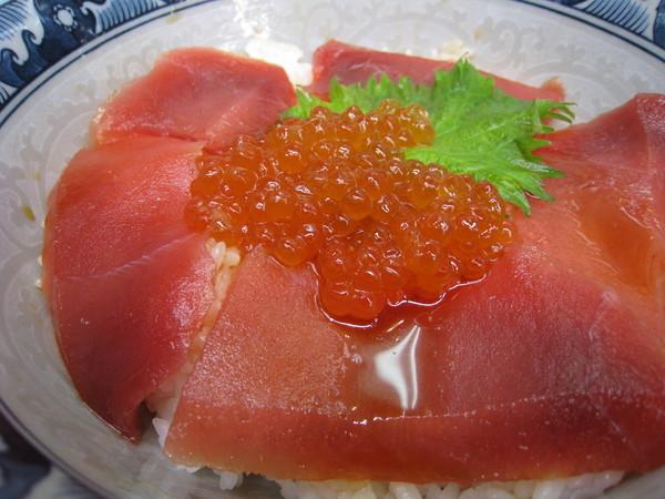 鐵火丼裡的鮪魚鮮度尚可,缺乏彈性,但總算還有600日圓的價值