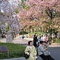 坐在公園門口休息的遊客