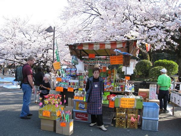 上野動物園附近有許多賣零食飲料和玩具的小攤販