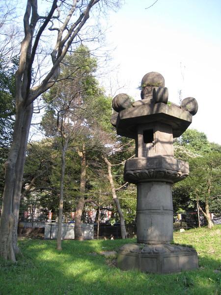 這是最大的巨石燈籠,英文翻譯寫著Monster Lantern,害我噗哧笑出來