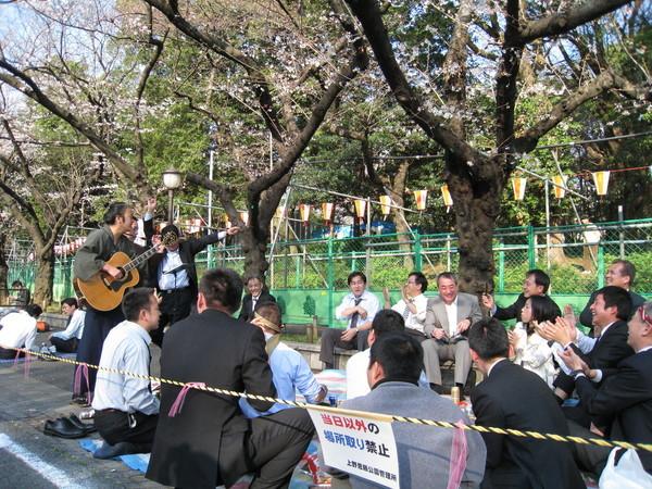 而且還請了傳統歌手伴唱,氣氛比剛才還熱鬧