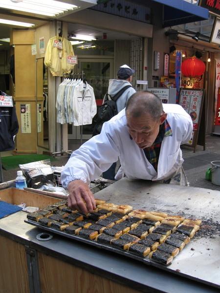 這一攤「磯辺焼」(いそべ焼),老闆放上海苔的姿勢好性格