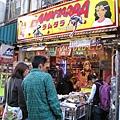 離上野車站不遠的阿美橫町 ,有條有很多平價商店聚集的街道