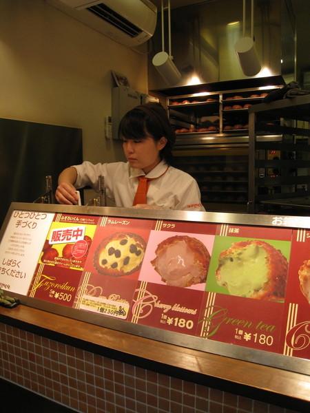 配合櫻花季,竟然推出櫻花口味季節限定泡芙