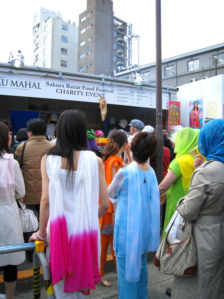 最妙的是路上還有印度人辦起櫻花季美食展,賣的是毫不相關的印度料理