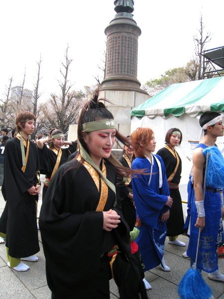 靖國神社旁還搭起舞台,舉辦櫻花季的傳統舞蹈表演