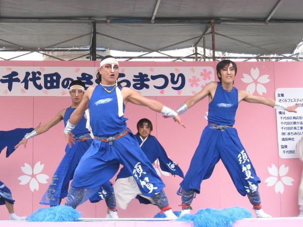 與我對櫻花季舞蹈的想像不同,這舞非常狂野有勁