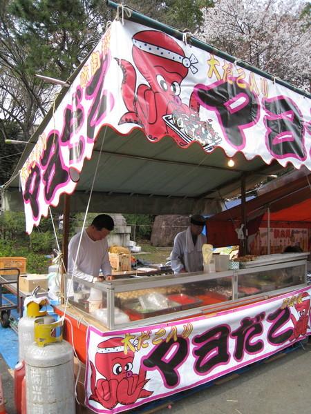 日本的節慶廟會路邊攤特色:攤位招牌多采多姿超亮麗