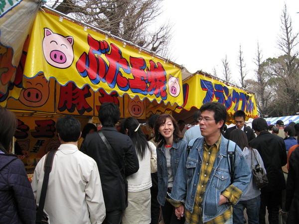 賣豚玉燒的攤子大排長龍,生意爆好