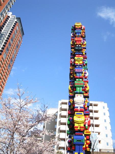 色彩繽紛的機器人柱子是旁邊兒童小公園的地標