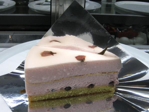 最後我外帶了一塊櫻花慕斯蛋糕回去給大白嚐鮮