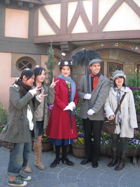 員內有許多打扮成卡通人物的工作人員供遊客免費合照