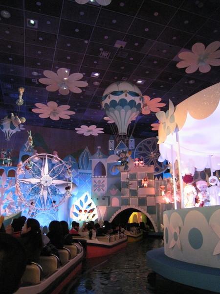 整個旅程中小玩偶們熱情跳舞,重複唱著「世界真是小小小」