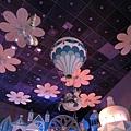 有熱氣球和粉紅花瓣的夢幻天空