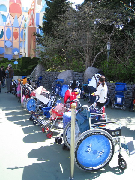 迪士尼樂園老人和小孩非常多,走到哪裡都是成排輪椅和嬰兒推車