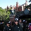 幽靈公館是走幽默路線的鬼屋,工作人員帶著有蝙蝠的女僕帽
