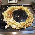 步驟三:將高麗菜整形成圓圈狀