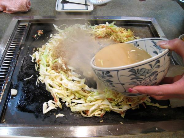 步驟四:將碗內的麵糊倒入圈內