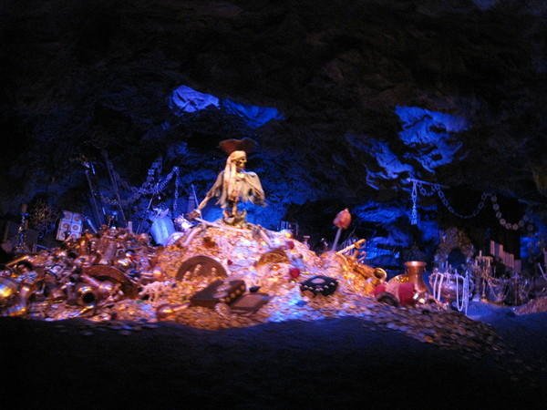 館內禁止閃光燈、船又非常晃,只拍到一張稍能辨識的骷髏
