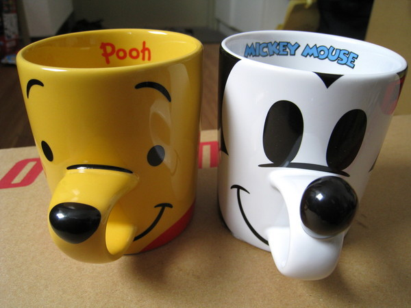 我的戰利品:維尼熊和米老鼠馬克杯(朋友買了很多零食)