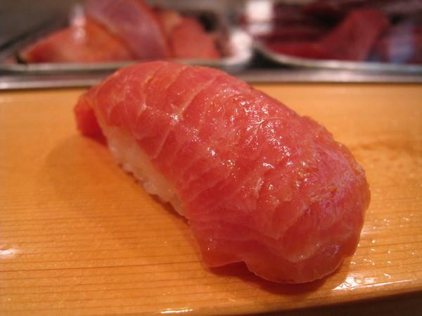 第一道握壽司就是鮪魚腹肉,滋味非常肥美