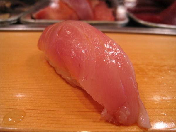 第三道握壽司,金目鯛(きんめ鯛,發音為kinmedai)