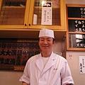 我們的壽司師傅親切搞笑,會用各國語言跟顧客打招呼