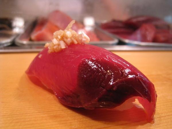 第五道,鰹魚(カツオ)握壽司,光澤漂亮到好像假的
