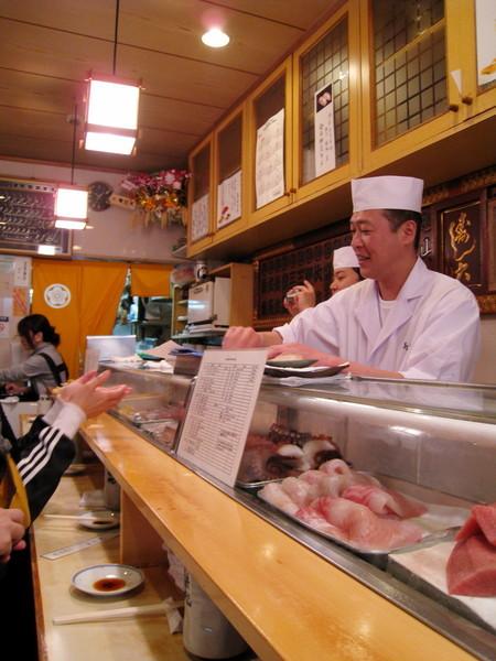 前十貫壽司依時令漁獲不同,是師傅自由搭配,每;最後一貫是顧客自選