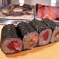 一份卷壽司有四個,份量挺多,正在減肥的我幾乎都交給友人解決