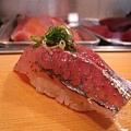 第九道,竹莢魚握壽司也很好吃,但我家附近的壽司店的竹莢魚握壽司更美味