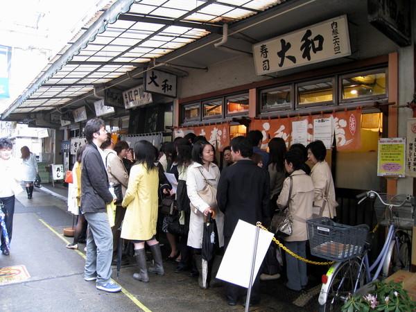 隔壁不遠處的大和壽司的隊伍也不相上下