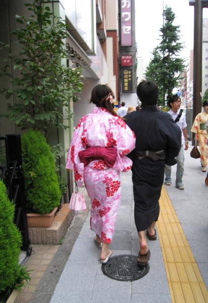 出了淺草車站,見到的第一對全套浴衣情侶